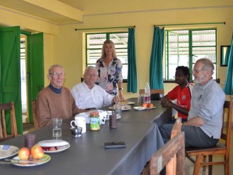 Bekend volk in de vernieuwde eetzaal van de staf. Hier in beeld bekende gezichten en een tijdelijke assistent, een scholastiek-jezuïet.